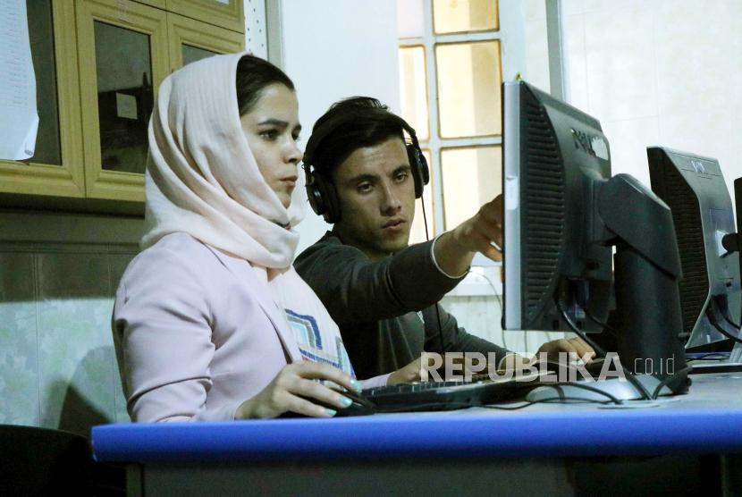 Jurnalis wanita Afghanistan bekerja di stasiun TV Asr News di Herat, Afghanistan, 16 September 2020. Hampir 19 tahun setelah jatuhnya rezim Taliban dan invasi Amerika Serikat, pemerintah Afghanistan dan pemberontak pada 12 September, memulai negosiasi damai di Doha. Berbeda dengan tim Taliban, kelompok negosiasi beranggotakan 21 orang yang dikirim oleh Kabul termasuk empat wanita, yang - antara lain - akan berupaya untuk menjaga kemajuan hak-hak wanita sejak jatuhnya rezim Taliban yang telah mencegah anak perempuan pergi ke sekolah dan dikurung. wanita ke rumah mereka.
