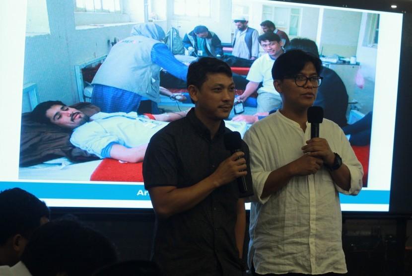 1. Noor Huda Ismail (baju putih) dari Yayasan Prasasti Perdamaian dan Hassan Ahmad (kaus hitam) dari Lembaga Kemanusiaan Mercy Relief, Lien Aid dan Corporate Citizens Foundation (CCF) Singapura, saat acara Counter Violence Extremism (CVE) Communication Workshop di Jakarta, pekan lalu.