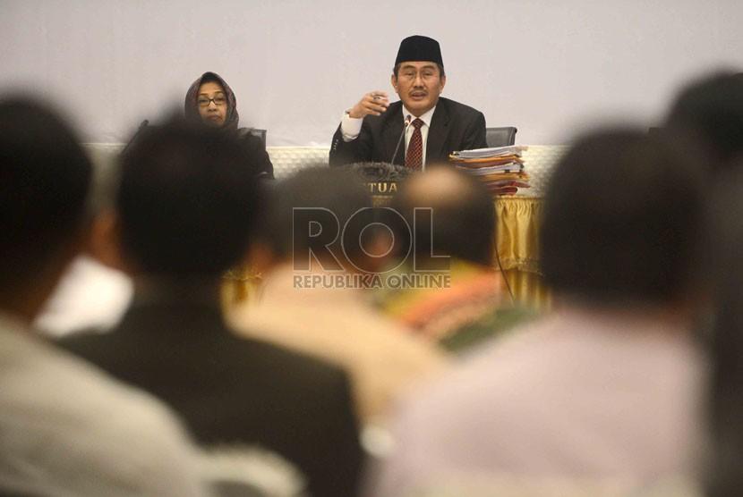 Ketua Dewan Kehormatan Penyelenggara Pemilu (DKPP) RI Jimly Asshidiqie memimpin sidang kode etik Dewan Kehormatan Penyelenggara Pemilu (DKPP) di Jakarta, Kamis (14/8). (Republika/Agung Supriyanto)