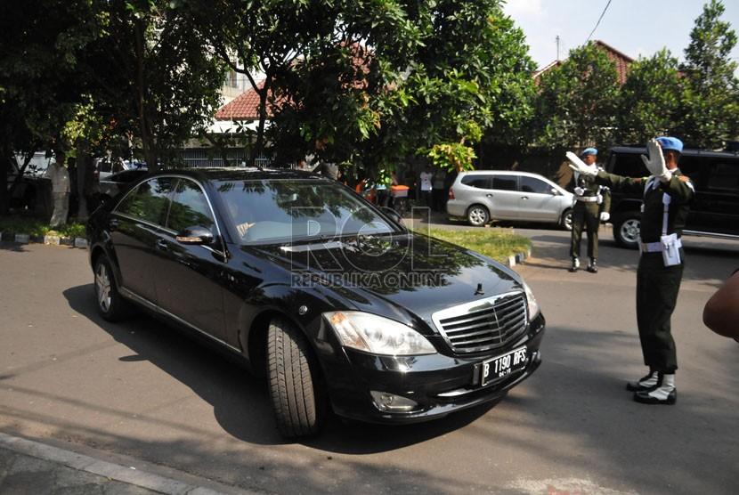 Mobil dinas baru Jokowi dengan pengawalan pasukan pengamanan Presiden di kawasan Menteng, Jakarta, Sabtu (23/8). (Republika/Rakhmawaty La'lang)
