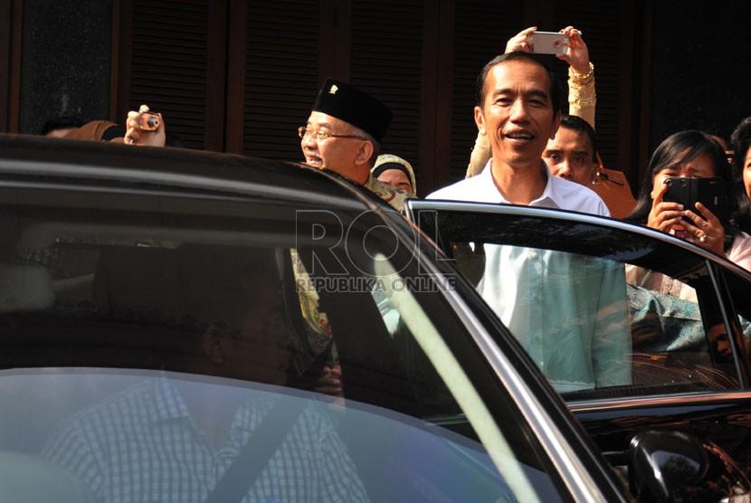 Presiden terpilih Joko Widodo mulai beraktivitas menggunakan mobil dinas barunya dan pengawalan pasukan pengamanan Presiden di kawasan Menteng, Jakarta, Sabtu (23/8). (Republika/Rakhmawaty La'lang)