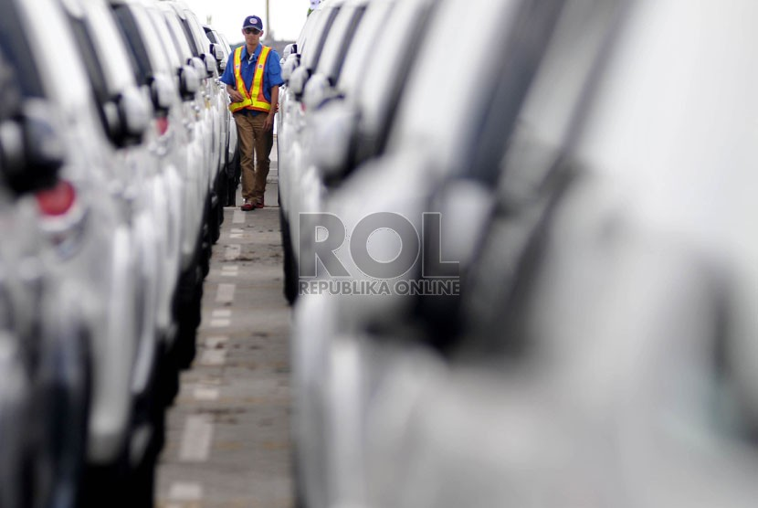 Petugas memeriksa deretan mobil baru di Tanjung Priok Car Terminal, Jakarta,Kamis (28/8). Republika/Prayogi)