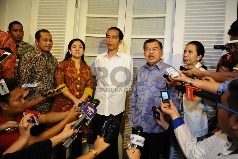 Presiden dan Wakil Presiden terpilih periode 2014-2019, Joko Widodo dan Jusuf Kalla berbicara kepada media usai rapat tertutup di Rumah Transisi, Jakarta, Kamis (28/8). (Republika/ Tahta Aidilla)