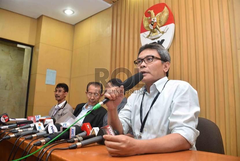 Juru bicara Komisi Pemberantasan Korupsi (KPK), Johan Budi memberikan keterangan kepada wartawan terkait penetapan Menteri ESDM Jero Wacik sebagai tersangka di Gedung KPK, Jakarta, Rabu (3/9).   (Republika/Agung Supriyanto)