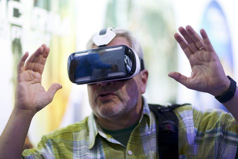 Seorang jurnalis mencoba perangkat Samsung Gear VR di Berlin, Rabu (3/9).   (ReutersHannibal Hanschke)