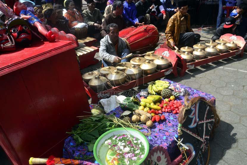 Festival Dieng Culture 5 di Komplek Candi Arjuna Dieng, Jawa Tengah.   (foto: Wisnu Aji Prasetiyo)