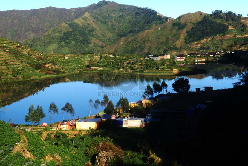 Telaga Cebong terlihat dari jalur turun bukit Sikunir.  (foto : Wisnu Aji Prasetiyo)