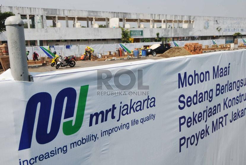 Pekerja mulai ngerjakan proyek pembangunan Mass Rapid Transit (MRT) di halaman Terminal Lebak Bulus, Jakarta Selatan, Senin (15/9). (Republika/Rakhmawaty La'lang).