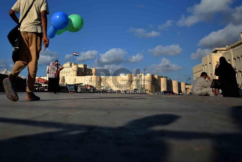 Suasana kawasan Benteng Qaitbay yang terletak di tepi laut Mediterania, Kota Alexandria, Mesir.