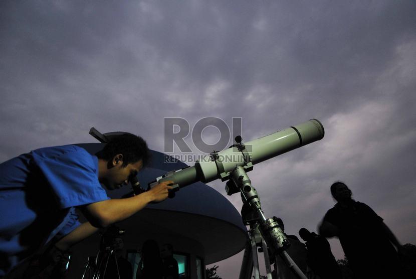 Petugas Planetarium menyeting alat teropong pengamatan terjadinya Gerhana Bulan di Planetarium Taman Ismail Marzuki, Jakarta Pusat, Rabu (8/10).   (Republika/Rakhmawaty La'lang)