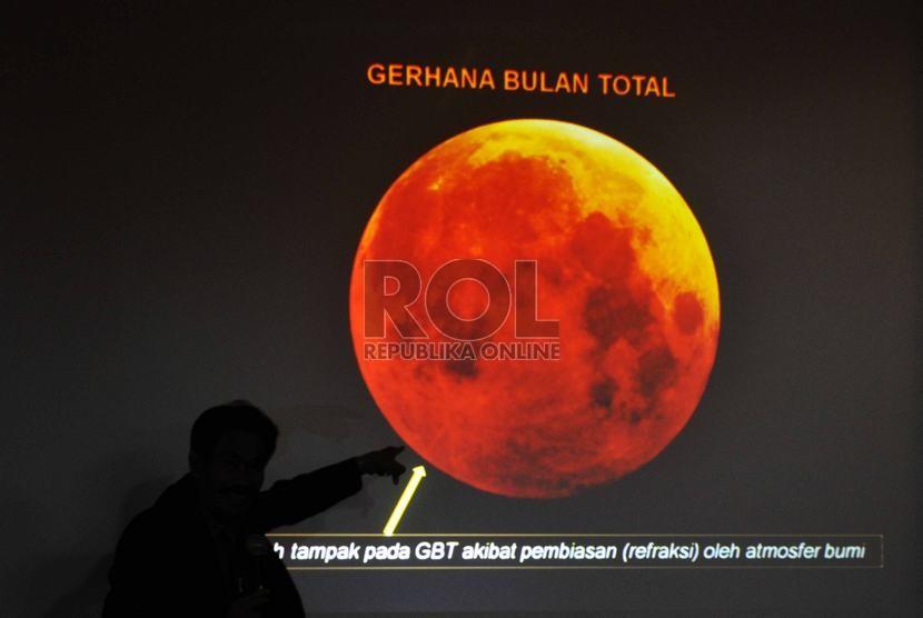 Narasumber Planetarium Cecep Nurhendaya memaparkan mengenai proses terjadinya Gerhana Bulan di Planetarium Taman Ismail Marzuki, Jakarta Pusat, Rabu (8/10).  (Republika/Rakhmawaty La'lang)