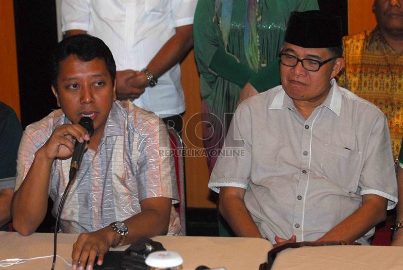 Sekjen PPP, Romahurmuziy (kiri) bersama Waketum PPP, Emron Pangkapi memberikan keterangan pers di Jakarta, Ahad (12/10). (Republika/Agung Supriyanto)