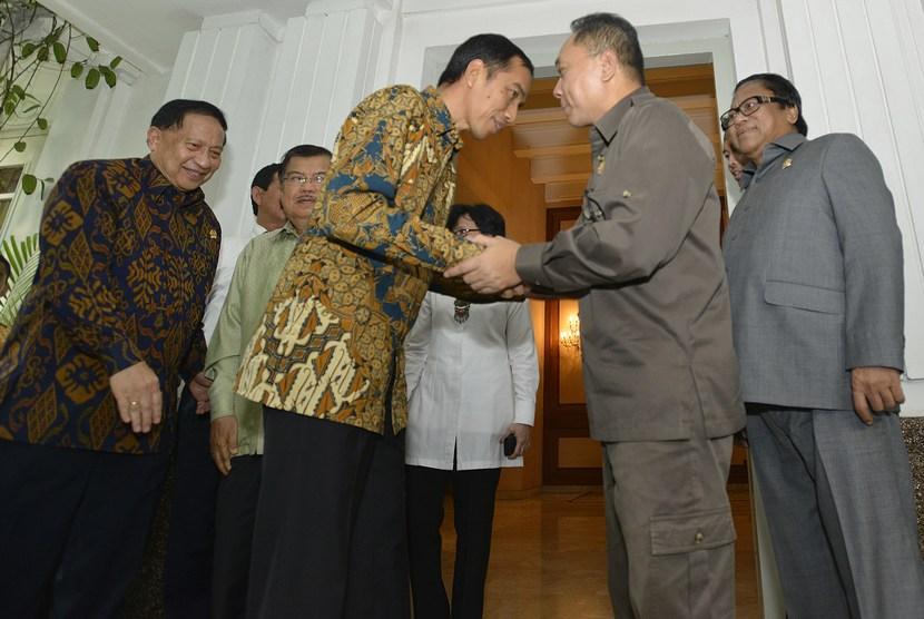 Gubernur DKI Jakarta sekaligus Presiden terpilih Joko Widodo (ketiga kiri) menyalami Ketua MPR Zulkifli Hasan (kedua kanan) di Rumah Dinas Gubernur DKI Jakarta, Senin (13/10).  (Antara/Widodo S. Jusuf)