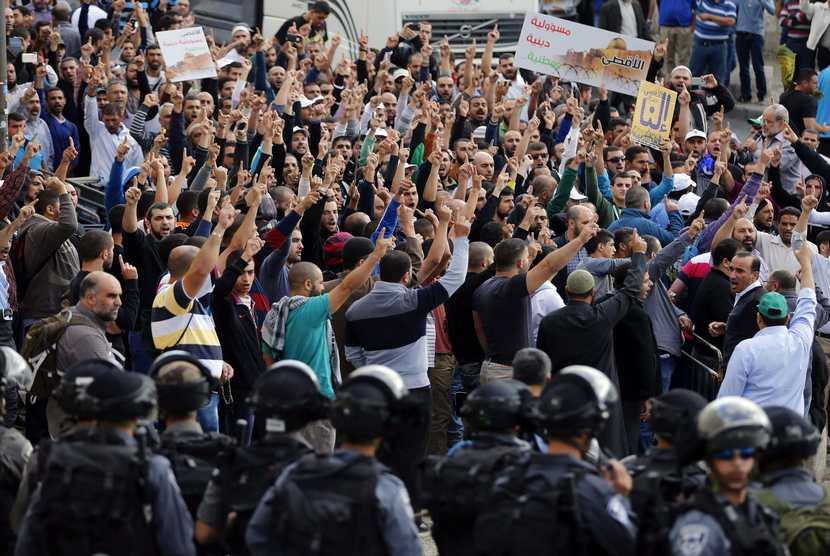 Ratusan warga Palestina berunjuk rasa memprotes peziarah yahudi yang masuk ke dalam Komplek Masjid Al Aqsa di Jerusalem (Ilustrasi)