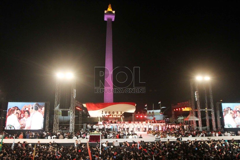 Suasana Konser Salam 3 Jari di lapangan Monumen Nasional, Jakarta, Senin (20/10) malam.   (Republika/Yasin Habibi)