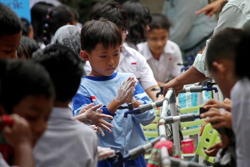 Sejumlah siswa melakukan cuci tangan pada acara Cuci Tangan Pakai Sabun Sedunia di Sekolah Dasar (SD) Ungaran 1, Yogyakarta, Rabu (22/10). (Antara/Noveradika)