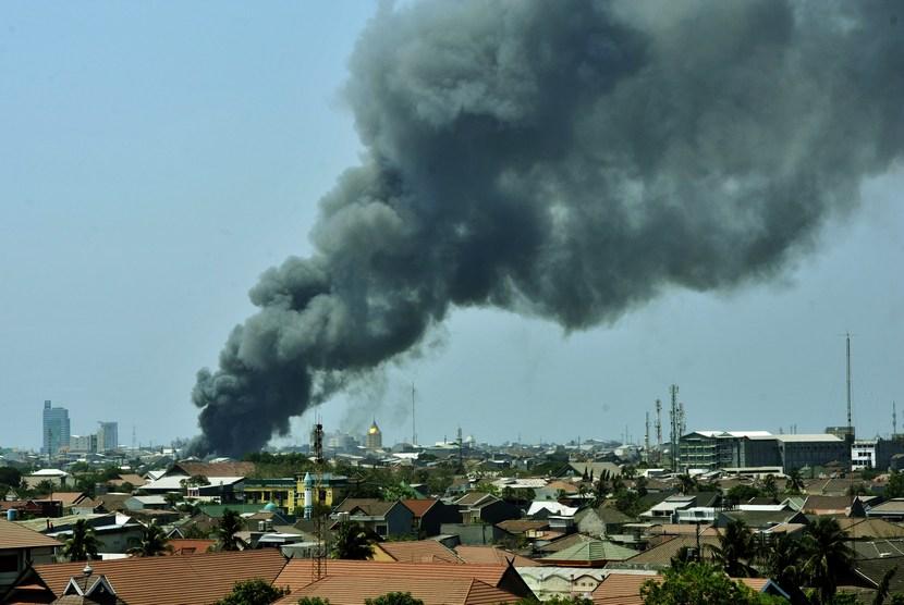 Asap tebal membumbung tinggi saat terjadi kebakaran rumah warga di Kecamatan Rappocini Makassar, Sulsel, Kamis (23/10).     (Antara/Yusran Uccang)