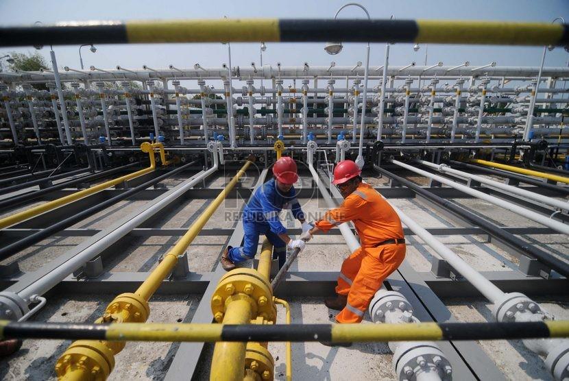Petugas PT. Pertamina EP Asset 3 memeriksa pipa minyak di Stasiun Pengumpul Utama A, Jatibarang, Jawa Barat, Selasa (28/10).    (Republika/Raisan Al Farisi)