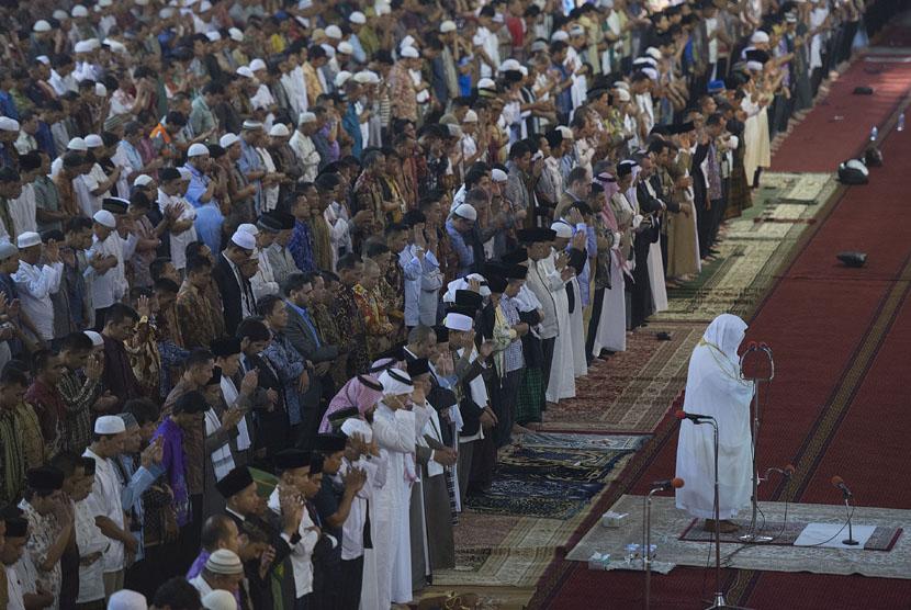 Imam Besar Masjidil Haram Makkah Al Mukarammah dan Masjid Nabawi Madinah Al Munawarrah, Syeikh Abdurrahman bin Abdul Aziz As-Sudais (kanan) menjadi imam dalam salat Jumat di Masjid Istiqlal, Jakarta (Ilustrasi)