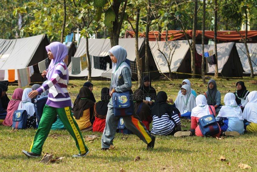 Kegiatan outbound pada perkemahan Rohis SMA dan SMK se-Indonesia 2014 di Bumi Perkemahan Cibubur, Jakarta, Kamis (13/11).  (Republika/Rakhmawaty La'lang)