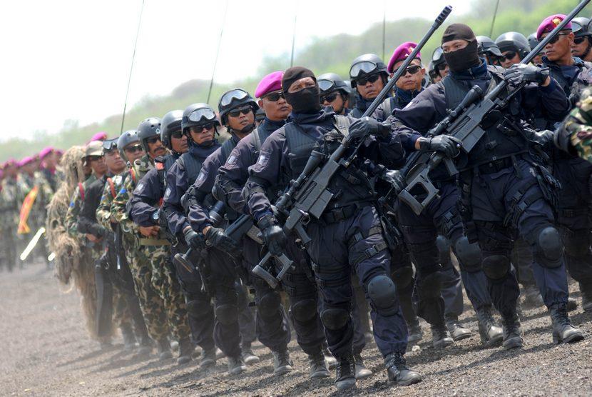 Sejumlah prajurit pasukan khusus Intai Amfibi (Taifib) dan Detasemen Jalamangkara (Denjaka) Korps Marinir TNI AL melakukan defile pada peringatan HUT Ke-69 Korps Marinir di Bhumi Marinir Karangpilang, Surabaya, Senin (17/11). (Antara/M Risyal Hidayat)