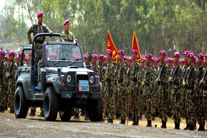 KSAL Laksamana TNI, Marsetyo, melakukan pemeriksaan pasukan saat upacara HUT Ke-69 Korps Marinir TNI AL, di Bhumi Marinir Karangpilang Surabaya, Senin (17/11).  (Antara/Eric Ireng)