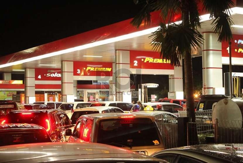 Antrean panjang kendaraan mobil dan motor yang mengantre mengisi bahan bakar menjelang kenaikan harga BBM bersubsidi  di SPBU Padjajaran Kota Bogor, Senin (17/11) malam.  (foto : MgROL30 )