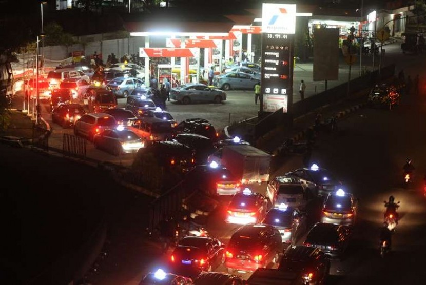 Lebaran holidaymakers were lining up to purchase fuel at one of the gas station. (Illustration)