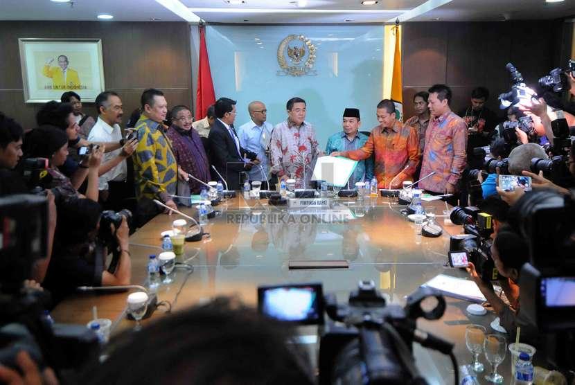 Sejumlah anggota DPR menunjukkan tandatangan dukungan hak interpelasi terkait kebijakan kenaikan harga BBM di Ruang Fraksi Partai Golkar, Kompleks Parlemen Senayan, Jakarta, Senin (24/11).(Republika/Agung Supriyanto)