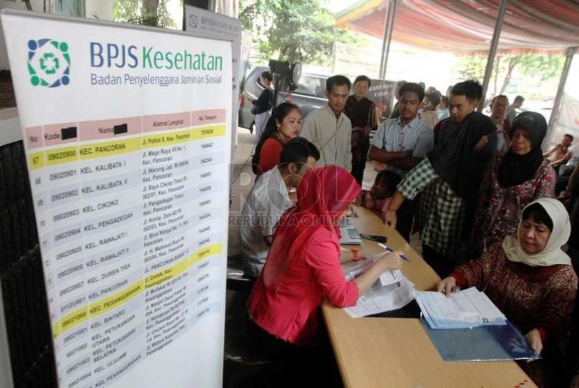 Warga mengantre untuk mendaftar kartu BPJS Kesehatan di Kantor BPJS Cabang Jakarta Selatan, Rabu (26/11).   (Republika/ Yasin Habibi)
