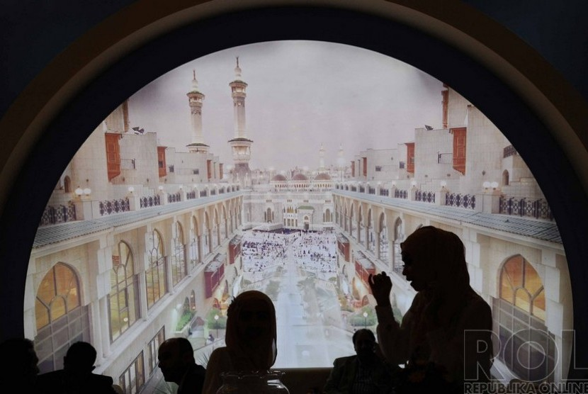 Pengunjung sedang berada dalam pameran Internasional Haji dan Umroh di Balai Sudirman, Jakarta, Kamis (4/12).  (Republika/ Tahta Aidilla)