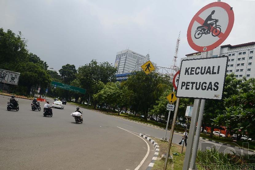 Rambu larangan belok untuk sepeda motor terpasang di persimpangan jalan menuju M.H Thamrin, Jakarta Pusat, Selasa (16/12).  (Republika/Raisan Al Farisi)