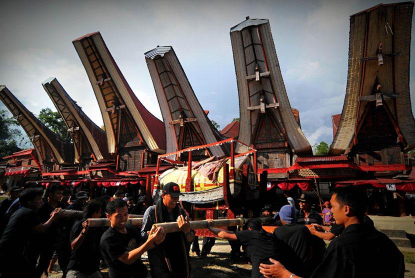 Sejumlah kerabat mengarak patung dan jenasah saat prosesi ma'palao di Sa'dan, Rantepao, Toraja Utara, Senin (22/12). (Antara/Zabur Karuru)