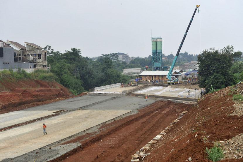 Pekerja beraktivitas di lokasi proyek tol Cinere-Jagorawi (Cijago) seksi dua di Kampung Sugutamu, Sukmajaya, Cimanggis, Depok, Jabar, Kamis (25/12). (Antara/Andika Wahyu)