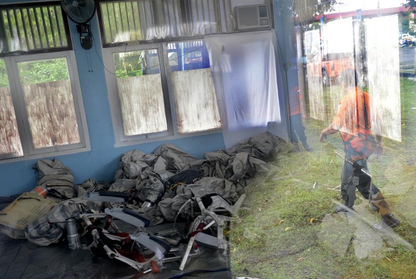 Serpihan pesawat Air Asia QZ8501 disimpan di ruang Disasater Victim Identification (DIV) Polri di Lanud Iskandar, Pangkalan Bun, Kalteng, Kamis (8/1).  (Antara/Prasetyo Utomo)
