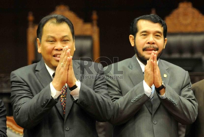 Ketua Mahkamah Konstitusi terpilih, Arief Hidayat (kiri) bersama Wakil Ketua Mahkamah Konstitusi terpilih , Anwar Usman (kanan) berfoto bersama di ruang sidang MK, Jakarta, Senin (12/1/).(Republika/Agung Supriyanto)