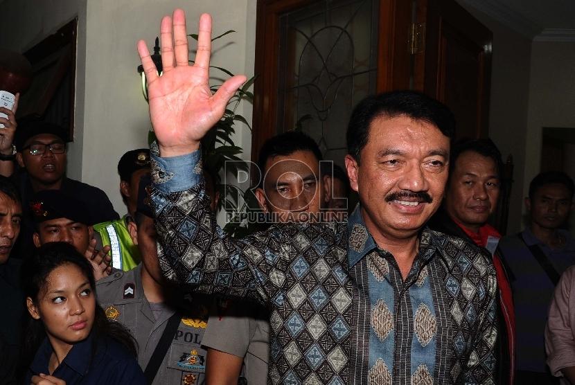 Calon Kapolri Komjen Budi Gunawan melambaikan tangan kepada media usai melakukan pertemuan dengan DPR dikediamannya, Jakarta, Selasa (13/1).  (Republika/Tahta Aidilla)