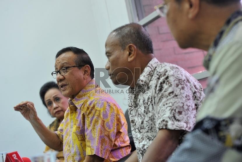 Ketua Dewan Pertimbangan Partai Golkar Akbar Tandjung bersama para tokoh dan anggota Dewan Pertimbangan Golkar bersiap memberikan keterangan pers di Jakarta, Rabu (14/1). (Republika/Edwin Dwi Putranto)