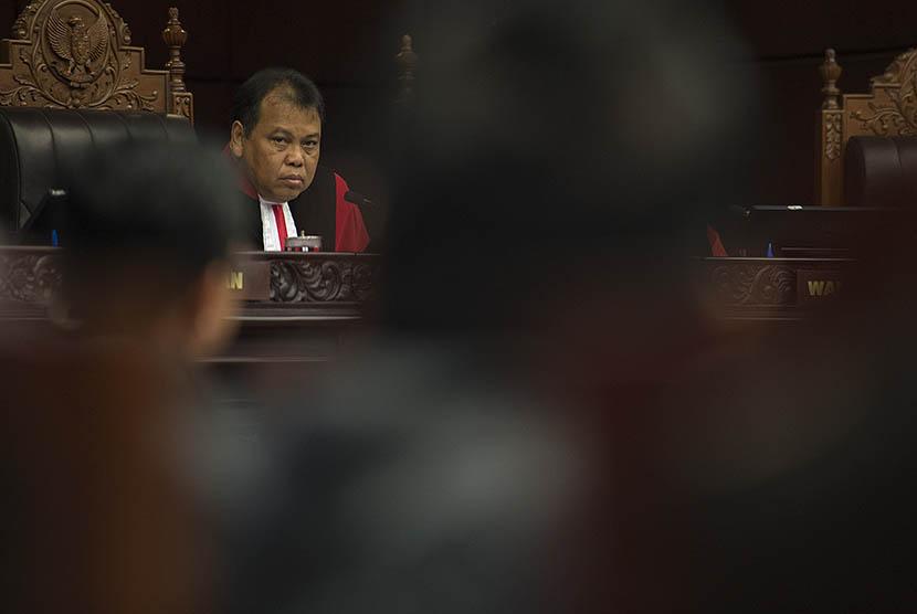 Ketua Mahkamah Konstitusi (MK) Arief Hidayat memimpin sidang pembacaan sejumlah putusan di Gedung MK, Jakarta, Rabu (21/1).  (Antara/Widodo S. Jusuf)