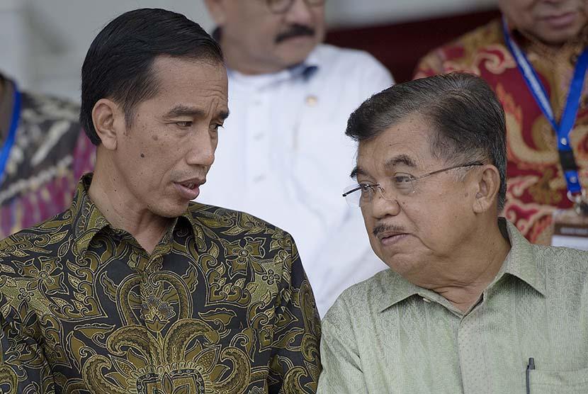 Presiden Joko Widodo (kiri) berbincang dengan Wapres Jusuf Kalla (kanan) di Istana Bogor, Jawa Barat, Jumat (23/1).   (Antara/Widodo S. Jusuf)