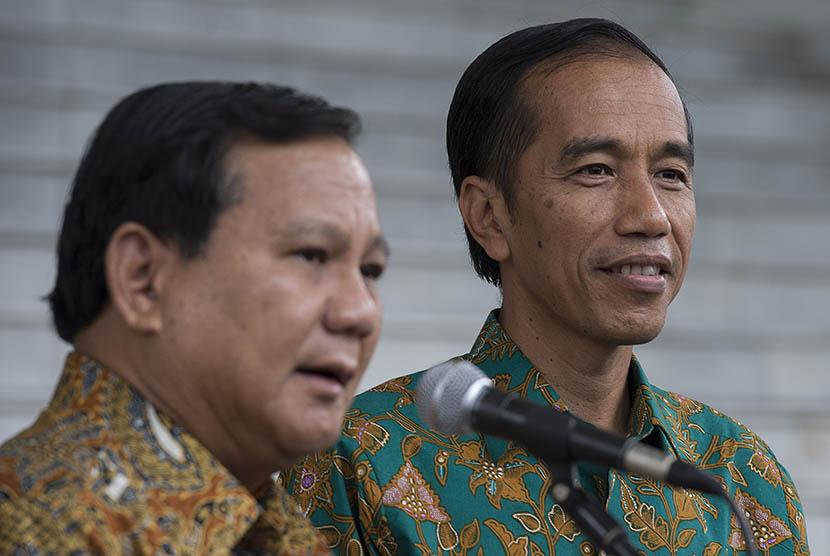 Presiden Joko Widodo (kanan) dan Ketua Dewan Pembina Partai Gerindra Prabowo Subianto