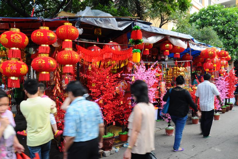 Pembeli mengamati pernak-pernik khas Imlek di pasar tradisional Pancoran di Kawasan Petak Sembilan, Glodok, Jakarta Barat, Ahad (7/2). (Republika/Yasin Habibi)