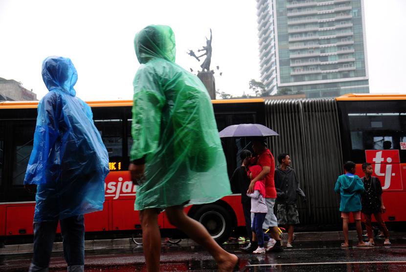Meski hujan gerimis di kawasan Car Free Day, warga tetap antusias untuk melakukan olahraga pagi di kawasan Bundaran Hotel Indonesia, Jakarta, Ahad (8/2).  (foto : MgROL_34)