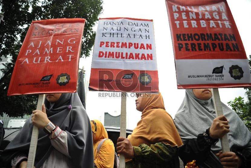 Massa dari Hizbut Tahrir Indonesia (HTI) melakukan aksi unjukrasa menolak kontes Putri Indonesia di depan kantor Kementerian Pemberdayaan Perempuan, Jakarta, Jumat (20/2).   (Republika/Tahta Aidilla)