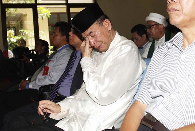 Mantan Ketua Umum PPP, Suryadharma Ali (tengah) selaku pihak penggugat menangis saat mendengarkan putusan Majelis Hakim yang mengabulkan gugatannya di Pengadilan Tata Usaha Negara, Jakarta Timur, Rabu (25/2).  (Antara/Sigid Kurniawan)