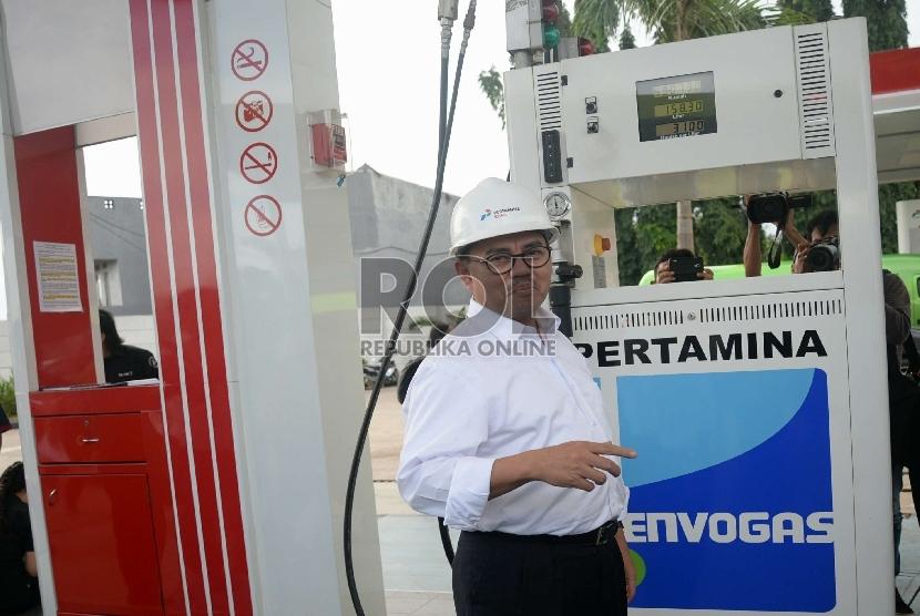 Menteri ESDM Sudirman Said saat meninjau Stasiun Pengisian Bahan Bakar Gas (SPBG) di Lebak Bulus, Jakarta Selatan, Selasa (3/3).   (Republika/Yasin Habibi)
