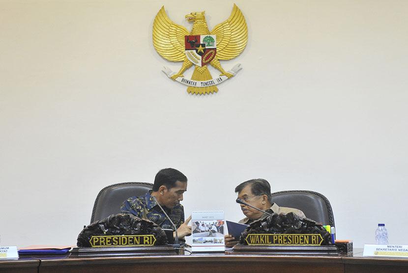 Presiden Joko Widodo (kiri) berbincang dengan Wapres Jusuf Kalla (kanan) sebelum rapat terbatas kabinet di Kantor Presiden, Jakarta, Kamis (5/3).   (Antara/Andika Wahyu)