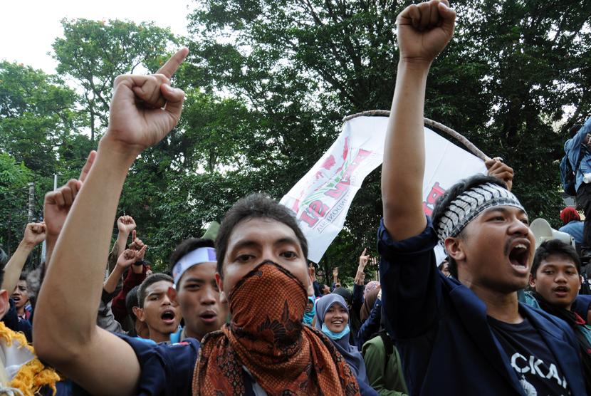 Aliansi BEM seluruh Indonesia melakukan aksi untuk memberi rapor merah kepada pemerintahan Jokowi-JK di depan Istana Kepresidenan, Bogor, Jawa Barat, Jumat (27/3). (foto : MgROL_34)