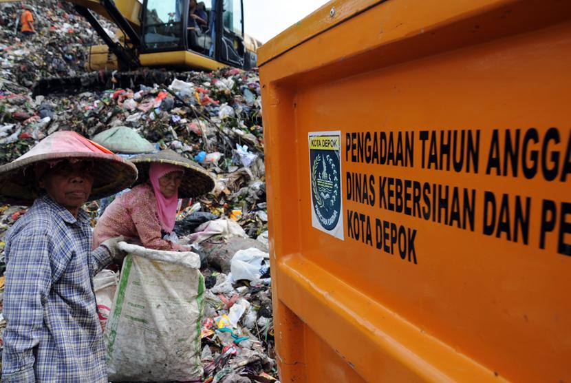 Pemulung mencari sampah yang dapat didaur ulang di tumpukan sampah di TPA Cipayung, Depok, Jawa Barat.
