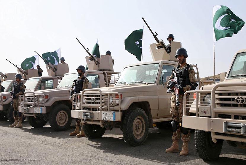 Tentara Pakistan saat latihan militer bersama dengan pasukan Arab Saudi di Shamrakh, Arab Saudi, Senin (30/3).